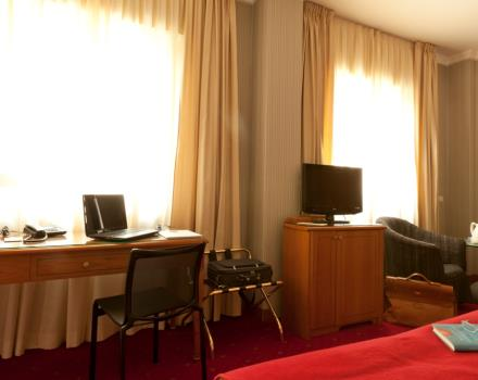 Business room of the Best Western Hotel Major in Milano. Comfortable and cozy is equipped with satellite Tv LCD 26 inch with Radio and alarm clock, free Wi-Fi and Minibar.